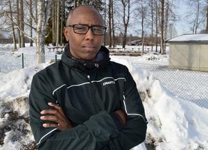 Mohamed Osman menar att skolan misskött sitt uppdrag när man först i fjärde klass konstaterat sonens problem.