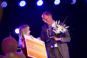 Mats Englund från Logen i Lövberg  fick pris som Årets kreativa näring av Sara Rylander från Sundsvall Timrå Airport.