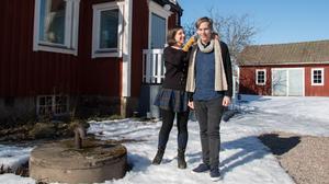 Boel Bermann och Olle Söderström utanför huset där de skrev  deckaren