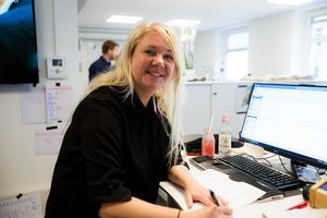 Anna Alexandersson, producent på P4 Södertälje, ser sig som spindeln i nätet, det är hon som håller ihop sändningen på mornarna.  Hon beskriver att sändningarna är väldigt välplanerade och att det då också går att få in spontanitet i morgonprogrammet.