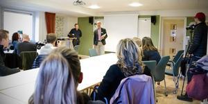 Lokalstrategen på barn- och utbildningsförvaltningen, Peter Johansson, och skoldirektören Urban Åström presenterar förslaget  om att fem skolor ska läggas ner.