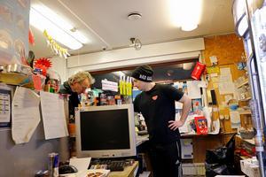 Rasmus Henningsson jobbar på Bergshamra macken. Här hjälper han en kund att betala med Swish som han metodiskt skriver ner och som senare kommer föras in i systemet för att köpen ska bli genomfört korrekt.