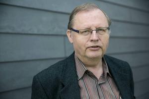 Jan Lindholm menar att det är Carl-Oskar Bohlin som är oseriös.