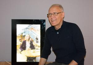 Peter Svedberg och ett prov på hans glaskonst.