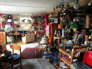 Lata Pigan huserar i två stora lador och här finns bland annat porslin, möbler, kläder och accessoarer.
