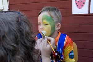 Alvin Hedvall-Hagman valde att bli målad som ett monster, Åsa Wadelius höll i penseln.