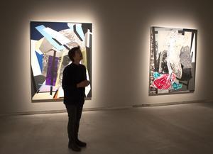 Sigrid Sandström övervakar ljussättningen för hennes utställning