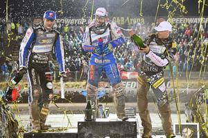 Örebroaren Fredrik Lindgren sprutar champagne på segraren Nicki Pedersen. Till vänster tvåan Matej Zagar från Slovenien. Foto Mikael Fritzon/TT