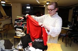 Gina Eriksson har tillbringat åtskilliga timmar åt att sortera och vika de kläder man fått in.