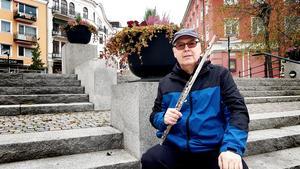 Flöjtisten Anders Boström besöker Sverige då och då. Här i oktober när han åkte direkt från Arlanda till Nykvarns Musikkårs jubileumskonsert (19 oktober) för att spela. En överraskning för publiken.