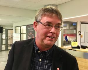 Skolans problem är att få behöriga lärare förklarar Mikael Löthstam (S).