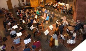 Sundsvalls Orkesterförening blir ovanligt stor vid sin vårkonsert - när alla anslutit sig på konserten blir det uppåt ett 60-tal musiker, tack vare att SUS, Sundsvalls Ungdomsstråkorkester, spelar med.