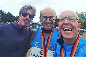 Långlöparen Anders ler mot kameran tillsammans med sina löparkompisar efter målgången i Berlin Marathon i september i fjol. Bild: Privat