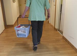 Vilja och förmåga att förstå att fast anställd personal med adekvat utbildning leder till en ökad kvalitet av vård och omsorg, oavsett om vi har en pandemi eller inte, verkar saknas.  Foto: TT