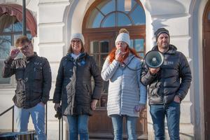 Tre politiker som hoppas på återremiss i fullmäktige på måndagen var från vänster Bernt Bergsten (C), Anna-Carin Ragnarsson (KD) och Maria Liljedahl (SD). Jonas Tilly håller högtalaren medan politikerna talar.