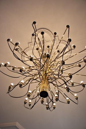 Takkronorna är en modern klassiker som designades av italienaren Gino Sarfatti.