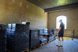 Lagret är välfyllt med tusentals buteljerade flaskor som både ska föras till världspremiären i Långshyttan och senare till restauranger.