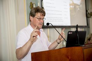 Anders Gäfvert, gruppledare (M), anser att hanteringen av sjöfartsutbildningen har hamnat i långbänk.