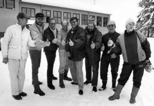 1988 infann sig lite optimism i Laxsjö när antalet barn i byn ökade. Byutvecklingsgruppen gjorde tummen upp för ökad inflyttning. Från vänster, Ville Andersson, Karl-Gösta Bengtsson, Lars-Inge Ström, Björn Westermark, Alf Bergroth, Sven Jönsson, Nils-Olof Nilsson och Barbro Einarsson.