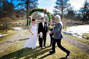 3a0bbe396f70 Vigselförrättaren Carl-Ewert Ohlsson och bruden Nina Åström tränar Tabata  ihop.