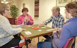 Nybörjartur? Irene Lilja utbyter en glad blick med sin medspelare Solweig Lindgren Svensson. De ser ut att vinna mot Eva Pettersson och Lars-Erik Eriksson.