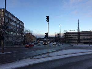 E4-korsningen med Regionens hus till höger och gamla Försäkringskassan till vänster.  Foto: Lars Landström