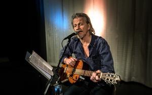 Att lyssna på Stefan Sundström är lite som att sitta hemma i hans kök och höra honom lira lite gitarr; publikkontakten är omedelbar och avspänd.