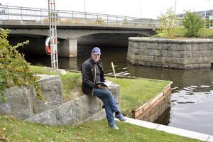 Olle Håkansson vid Selångersåns utlopp, en central plats i första boken om Wayne.