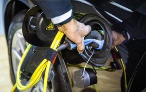 Var fjärde bil som nyregistrerades i februari var laddbar, enligt Bil Sweden.