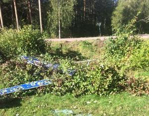 Bilen voltade in trädgården och förstörde bland annat ett staket, buskar och en gräsmatta. Foto: Polisens förundersökning