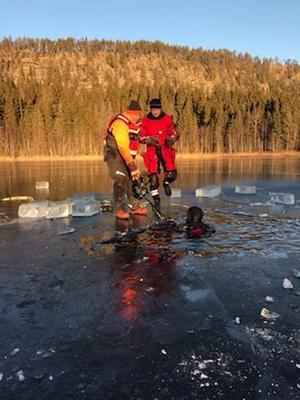 Bild Polisen. Dykningar i Hulitjärn 6 december 2018 efter försvunne Rune.