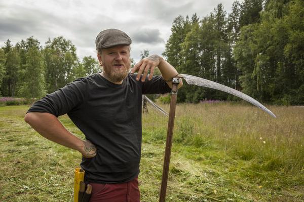 Lien är det bästa redskapet att slå med, miljövänlig och tyst, överlägsen en trädgårdstrimmer, menar Fredrik Lovéus.