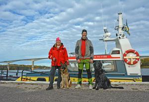 Linda Jansson och Lasse Lindström är sjöräddare och hundförare. Nu är bara deras hundar, schäfertiken Nita och flatcoated retrieverhannen  Zimba kvar i matchen om att bli Norrlandskustens enda räddningshundar.