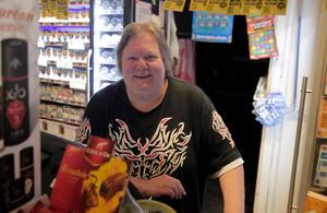 Eva Dahlgren med kiosk i Gamla Folkets hus i Ludvika hör till de näringsidkare som får betala 8 000 kronor för att få fortsätta sälja tobak.