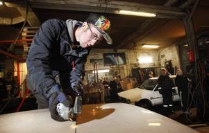 KAPAR TAKET. Andreas Olsson kapar taket på sin Volvo 240 från -82. Skrotbilen ska förvandlas till en Epa och då behöver taket flyttas fram. Flaket ska Andreas och kompisen Tobias Elfving fixa till genom att kapa ur en låda i bakluckan.