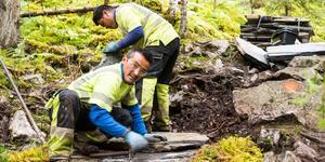 Dorjie Sherpa och Butzabadur Teman fixar leden mot Fettjeåfallet.
