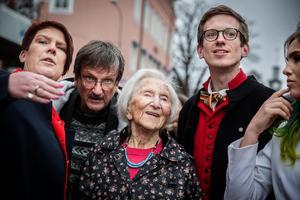 Kommunfullmäktiges ordförande Maria Strömkvist, kyrkoherde Gunnar Persson, Förintelseöverlevanden Hédi Fried, DT:s Gabriel Ehrling och aktivisten Linnéa Claesson. Tillsammans i Ludvika.
