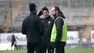 Martin Broberg var plötsligt ute och tränade i måndags. ÖSK-mittfältaren var med på uppvärmningen med boll och sprang sedan tillsammans med Agon Mehmeti. Här i diskussion med den nya ÖSK-tränaren Vitor Gazimba.