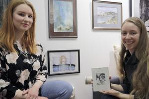 Bland utställarna deltar också fem-sex elever från Örebro konstskola, däribland Lovisa Olsson och Rebecca Blixt.