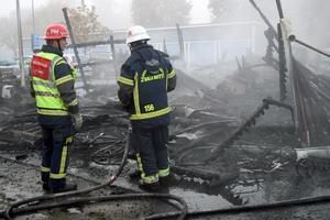 Totalt skadades 13 fordon. Av sophuset återstår bara brandrester.