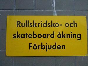 Den här skylten sitter på ett flertal ställen på järnvägsstationen i Gävle. Särskrivning och stor bokstav i meningen retar mig varje morgon när jag åker till Uppsala för att jobba.
