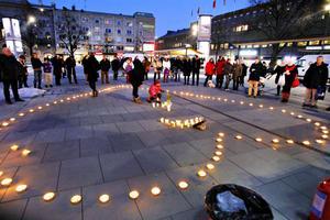 Så här såg det ut  när man höll en manifestation på Stortorget i Gävle till Kenny Lindqvists minne.