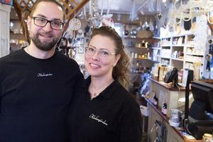 Jimmy och Therese Diamandopoulos från Avesta trivs med att arbeta på det väldoftande Klockargårdens. Övriga anställda bor i Norberg och Fagersta.