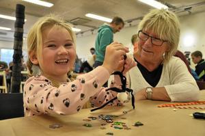 Gjort en spindel. Jonna Bryngelson, fyra år, bygger en spindel. Hennes farmor Karina Bryngelson berättar också att de redan varit på bio och badat nu under lovet.