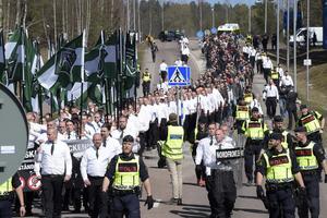 Nazistiska Nordiska motståndsrörelsen demonstrerar i Falun på första maj.