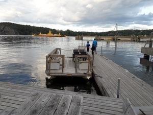 Flotten hittades längst ut på Slagsta marinas område mot färjeläget. I bakgrunden syns färjan som går mellan Slagsta och Ekerö. Foto: Privat