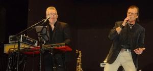 Pär-Åke Stockberg skötte ljudet och vid elpianot sjöng han duett med Ronnie då han inte lirade saxofon som en Gud. Ronnie Sahlén använde sin guldstrupe fullt ut och höll låda mellan låtarna. De båda bjöd publiken på ett eldorado av bästa märke. Foto: Christina Häggkvist