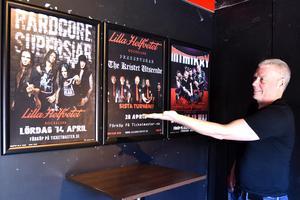 Lasse Ekelund visar upp väggen med kommande artister.