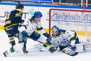 HV71:s Simon Önerud i kamp med Leksands Jon Knuts och målvakt Axel Brage. Foto: Bildbyrån
