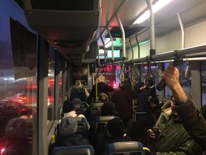 Krypkörning på motorvägen med fullsatt buss 748 på tisdagsmorgon.